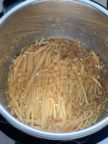 Spaghetti with onions cooked in the instant pot